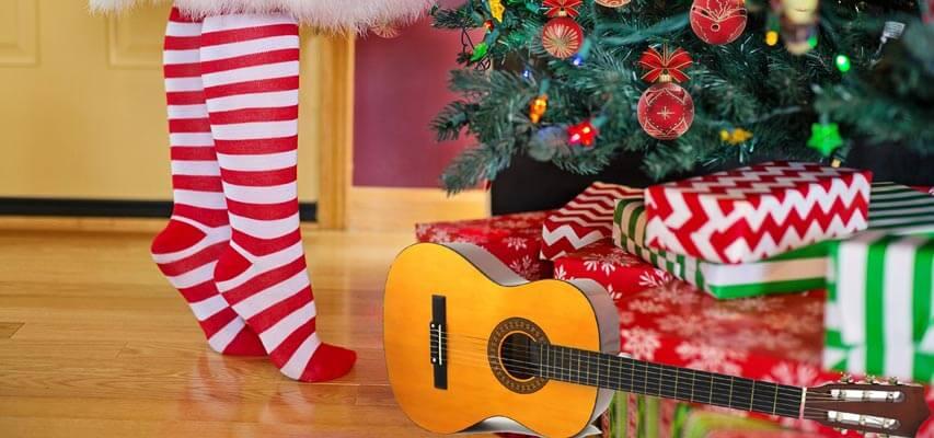 Akustikgitarre als Weihnachtsgeschenk